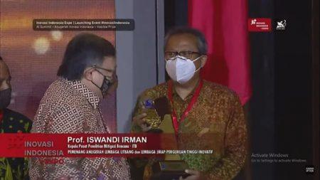 Kepala PPMBP ITB: Prof. Iswandi Imran menerima penghargaan Anugerah Lembaga Litbang Jirap Perguruan Tinggi Inovatif dari Kemenristek/ BRIN (Sumber: Kemenristek /BRIN)